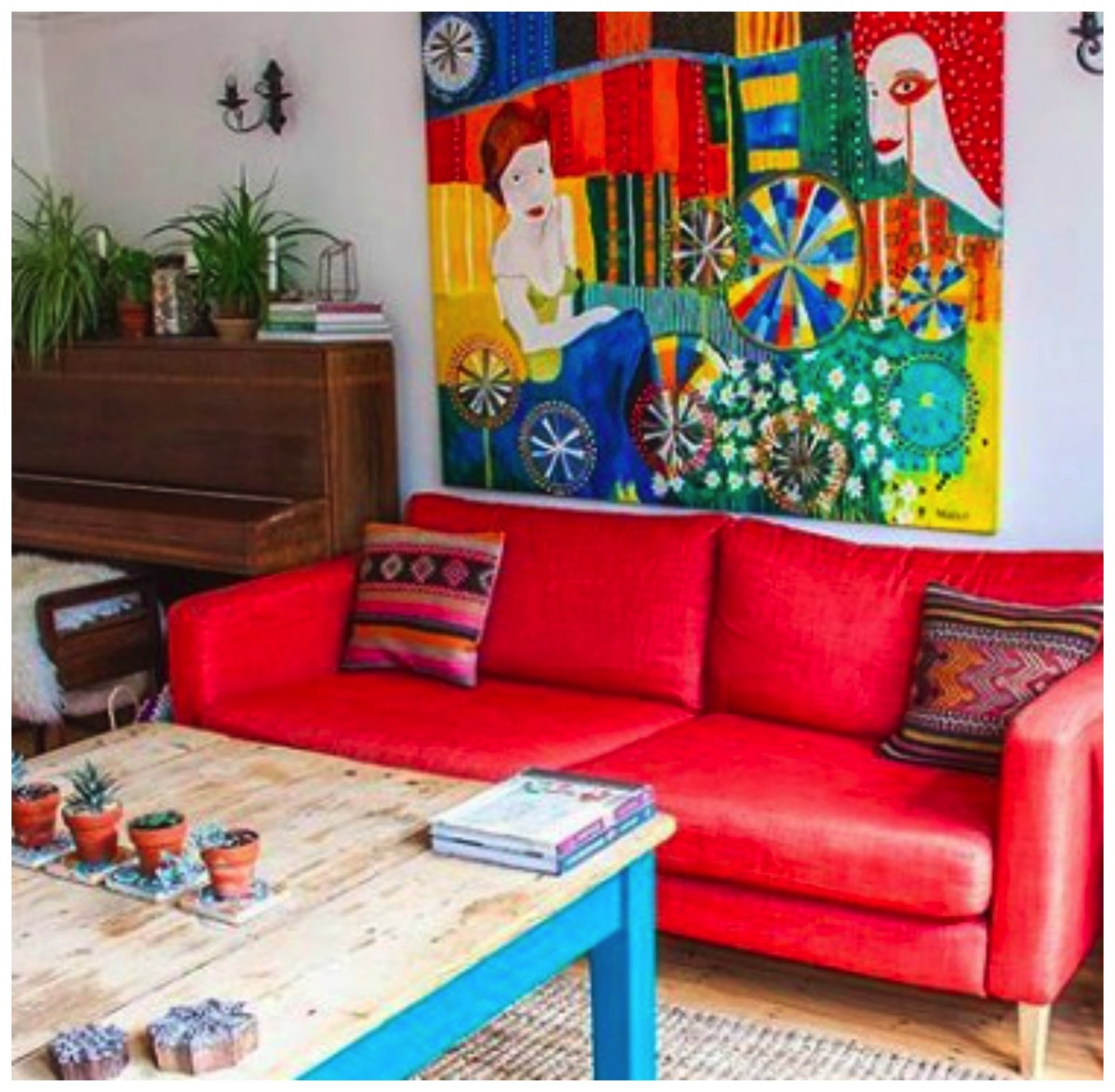 Colorful red couch Frida Florentina